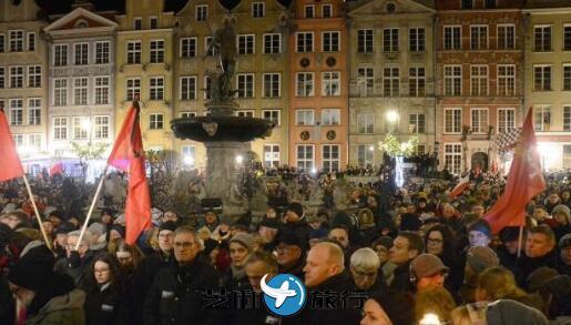波兰一市长遇刺身亡民众悼念,多名政客遭死亡威胁